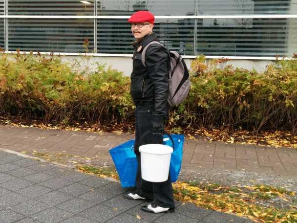 Mies, omenat ja siiderinvalmistusvälineet matkalla kurssille